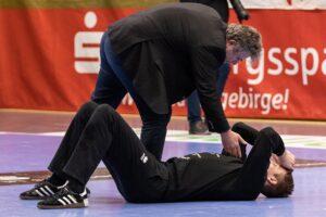 Philip Ambrosius am Boden nach der Derby-Niederlage beim EHV Aue